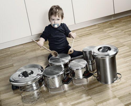 bambino che suona la batteria sulle pentole